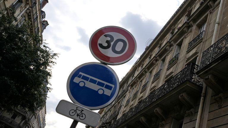Na wszystkich ulicach stolicy Francji zostanie nałożone ograniczenie prędkości do 30 km/h.  Pic AP