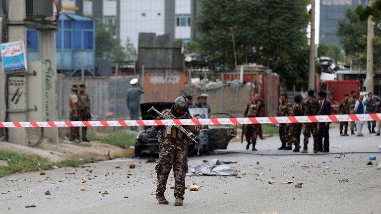 پرسنل امنیتی افغان سه شنبه ، 20 ژوئیه 2021 ، یک خودروی آسیب دیده را که حامل و شلیک موشک می کرد ، در کابل ، افغانستان بازرسی می کنند.