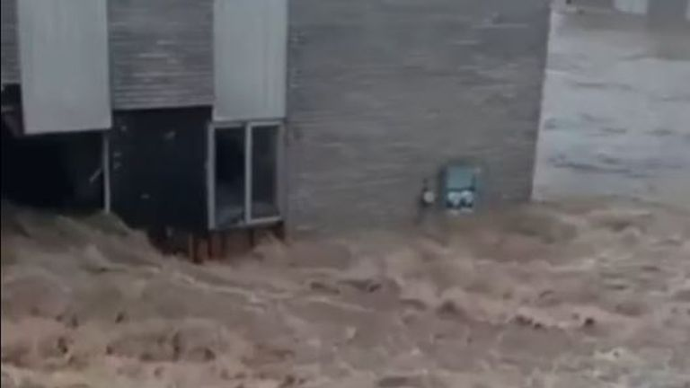 Flood water rips through apartments in Tennessee
