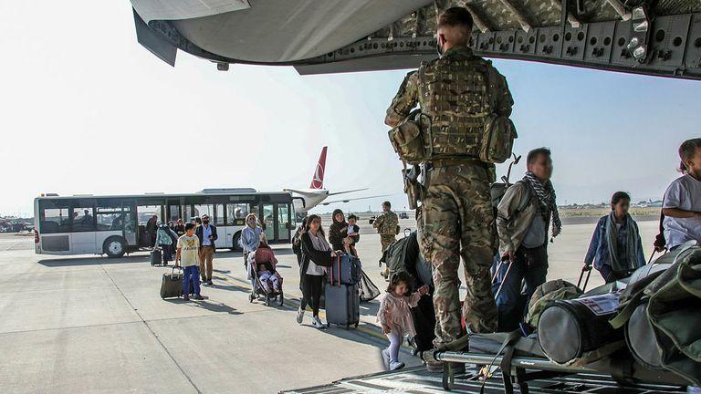 Doit créditer le MoD.  ** Des visages flous ont été appliqués pour protéger les identités ** Image de citoyens britanniques et de doubles nationaux résidant en Afghanistan transférés au Royaume-Uni Dans le cadre de l'opération PITTING, les forces armées britanniques permettent la réinstallation de personnel et d'autres personnes d'Afghanistan.  Le dimanche 16 août, le premier vol de personnel évacué est arrivé à RAF Brize Norton au Royaume-Uni.  Le vol était constitué de personnel de l'ambassade britannique et de ressortissants britanniques.  Les forces britanniques de 16 Air