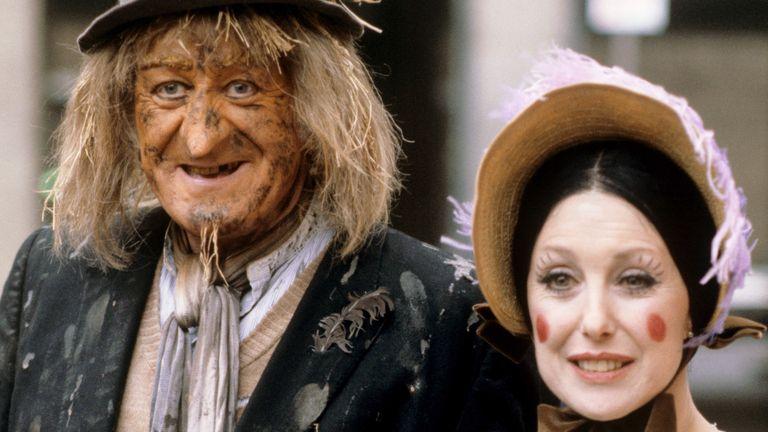 Una Stubbs as Aunt Sally alongside Jon Pertwee as Worzel Gummidge