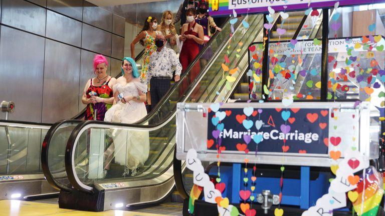 Sous embargo à 0001 mercredi 11 août Photo non datée publiée par Avanti West Coast de Jane Magnet (à gauche) et Laura Dale après leur mariage sur le «Marriage Carriage» du fournisseur de train.  Date d'émission : mercredi 11 août 2021.