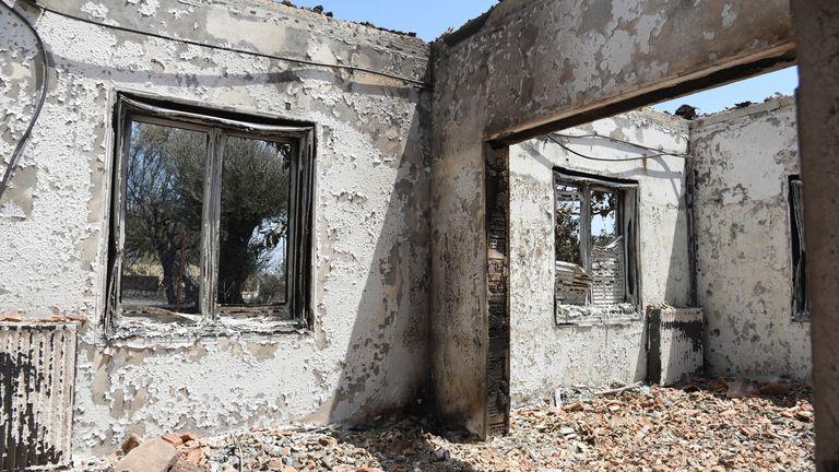 Una casa in fiamme nel villaggio di Ziria, a est di Patrasso, in Grecia, domenica 1 agosto 2021. Pic: AP