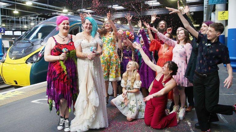 Sous embargo à 0001 mercredi 11 août Photo non datée publiée par Avanti West Coast de Jane Magnet et Laura Dale après leur mariage sur le «Marriage Carriage» du fournisseur de train.  Date d'émission : mercredi 11 août 2021.