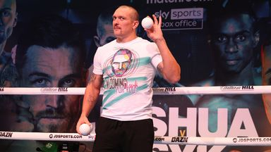 Usyk juggles at public workout