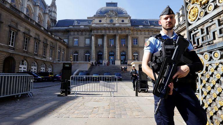 نیروهای مسلح پلیس فرانسه در نزدیکی دادگاه پاریس در ایل دو لا سیت قبل از آغاز محاکمه حملات نوامبر 2015 پاریس در پاریس ، فرانسه ، 7 سپتامبر 2021 دیده می شوند.