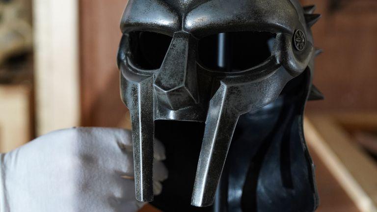 Le film Gladiator de Ridley Scott en 2000 mettait en vedette Maximus Decimus Meridius.  casque