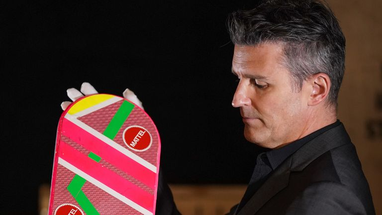 Un Mattel Hoverboard du film Back to the Future : Part II de 1989 devrait faire partie de la collection à gagner