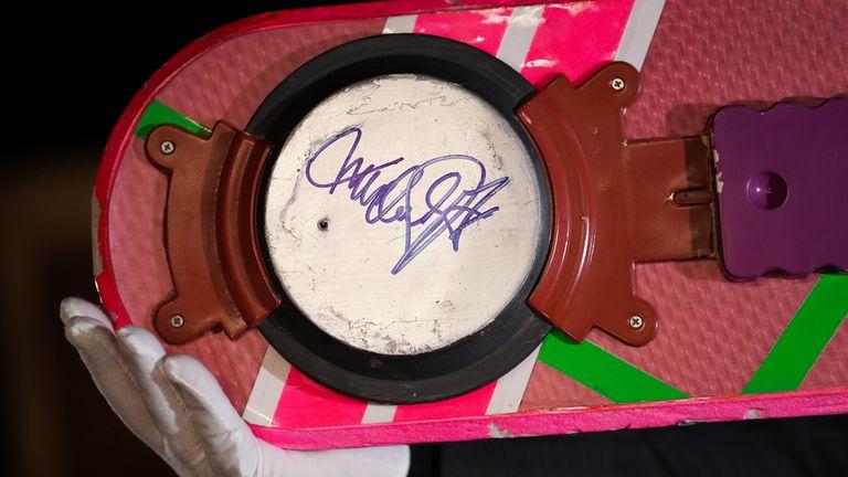 Le hover board a été signé par Michael J Fox, qui a joué le personnage principal de Marty McFly dans Back To The Future II
