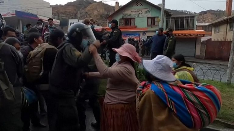 Coca farmers faced off with police in riot gear in La Paz, Bolivia on Monday (September 20), trading rocks and tear gas in the heated exchange.  According to protesting coca farmers, authorities are clamping down on their traditional market to sell coca products.