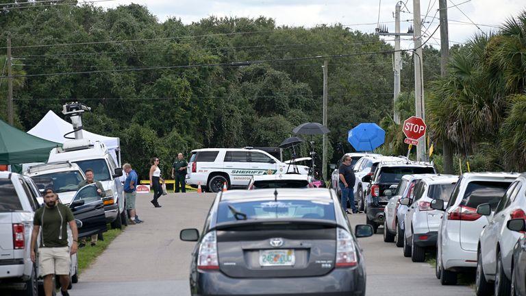 La police examine la réserve Carlton.  Photo: AP
