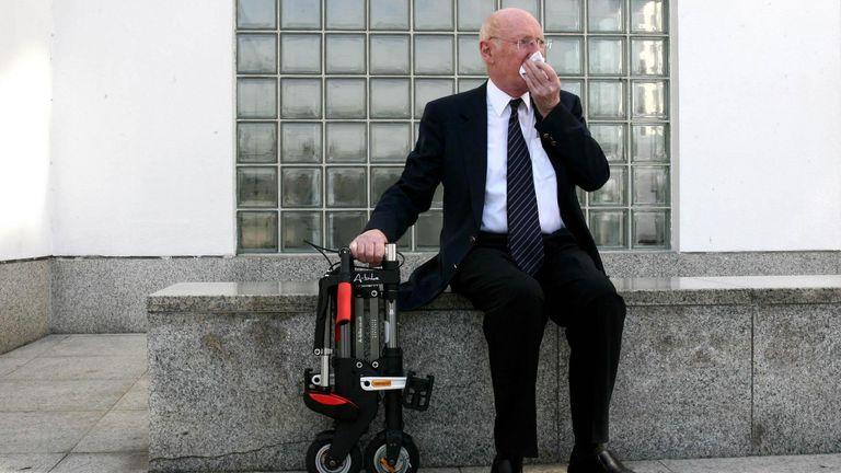 ulasan Sir Clive & # 39 ;  Sepeda & # 39;  Penemuan di luar Museum Desain pada tahun 2006