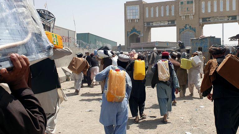 Le persone attraversano il confine tra Pakistan e Afghanistan alla Porta dell'Amicizia a Chaman
