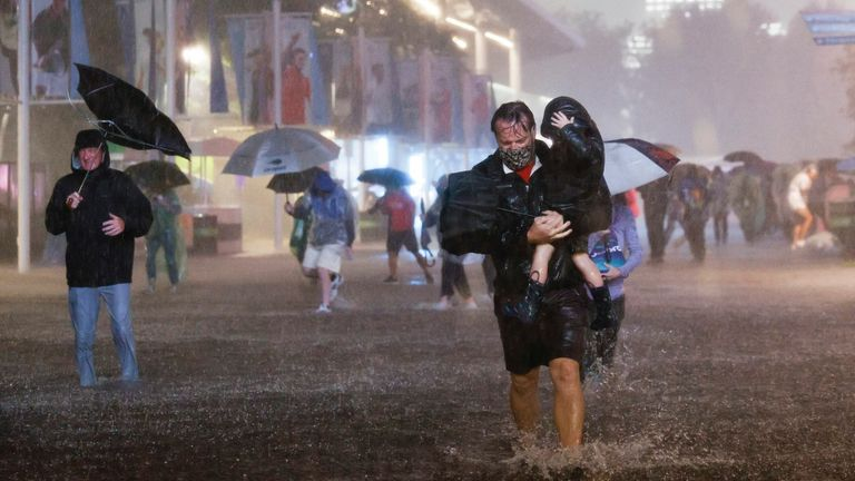Menschen navigieren durch sintflutartigen Regen und überflutete Wege im Billie Jean King National Tennis Center, als die Überreste des Hurrikans Ida die Gegend in Flushing Meadows, New York, trafen