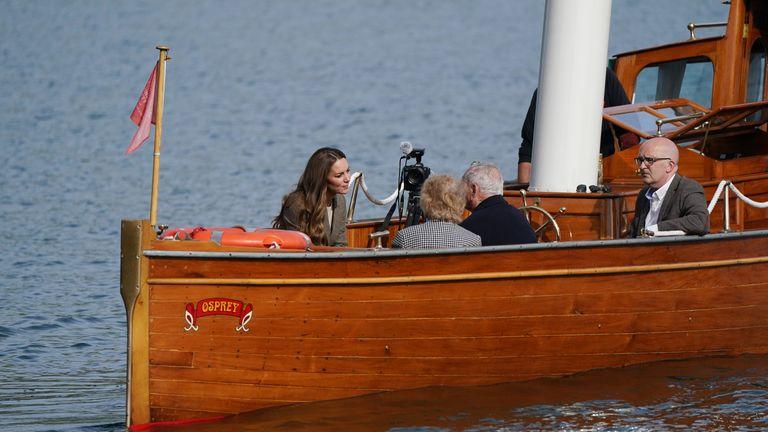 Герцогиня Кембриджская путешествует на паровом катере Osprey на Уиндермире из замка Рэй перед встречей с родственниками детей Уиндермира, чтобы узнать о том, как их близкие & # 39;  Время, проведенное в Камбрии и выздоравливающее после Второй мировой войны, помогло им продолжить успешную жизнь в Великобритании.  Дата съемки: вторник, 21 сентября 2021 года.