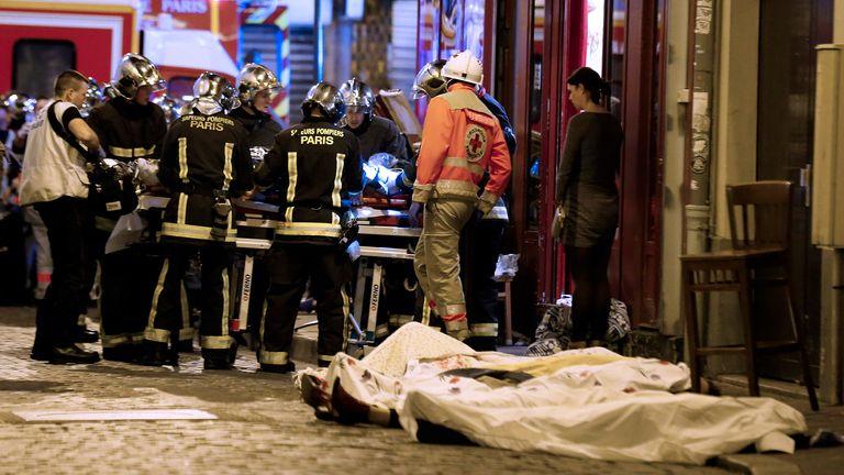 حدود 130 نفر کشته و صدها نفر دیگر زخمی شدند.  عکس: AP