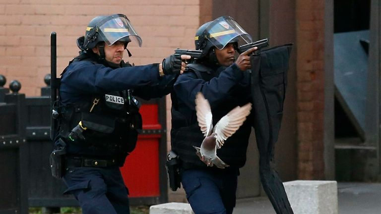 پلیس در حمله به سن دنی در پاریس بیش از 5000 گلوله شلیک کرد.  عکس: AP