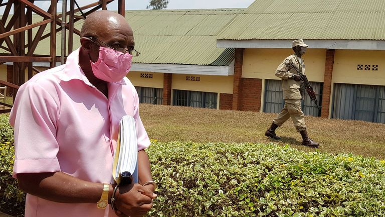 Пол Росабагина сопровождает в наручниках в Кигали в сентябре 2020 года.