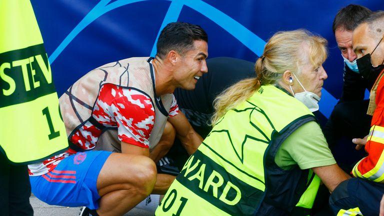 Cristiano Ronaldo a vérifié le steward après qu'une balle perdue l'ait frappée sur la touche