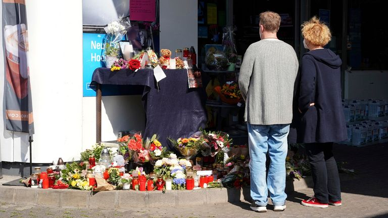 21 September 2021, Rhineland-Palatinate, Idar-Oberstein: Flowers, candles and messages to the victim lie at a gas station downtown. An employee of the gas station had been shot by a man armed with a pistol on Saturday evening. The clerk had advised the suspect that masks were mandatory because the man wanted to buy beer without a mask. Later, the man returned and shot the victim.  PIC:AP