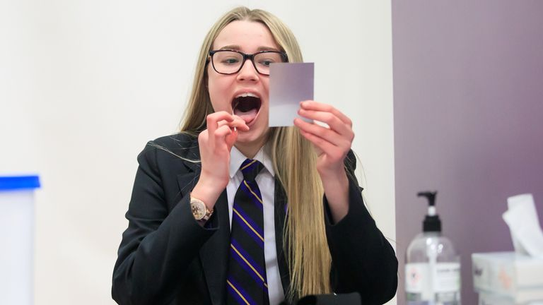 Un élève de l'Outwood Academy de Doncaster passe un test COVID