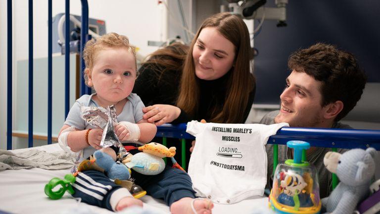 """Rosie-Mae Walton et Wes Powell avec leur fils Marley alors qu'il se remet à l'hôpital pour enfants de Sheffield après avoir reçu le """"médicament le plus cher du monde"""", le traitement génétique Zolgensma.  Photo date : mercredi 15 septembre 2021."""