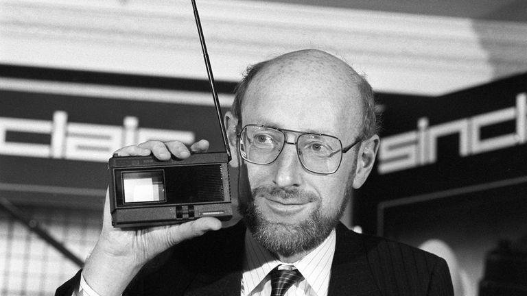 Sir Clive memegang gadget pada peluncuran Pocket TV 2 inci Sinclair pada tahun 1983