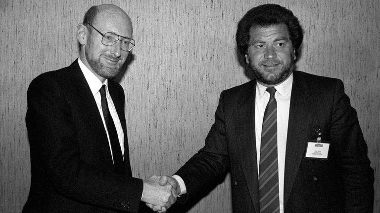 Sir Clive berpose dengan pengusaha Inggris Alan Sugar pada tahun 1986