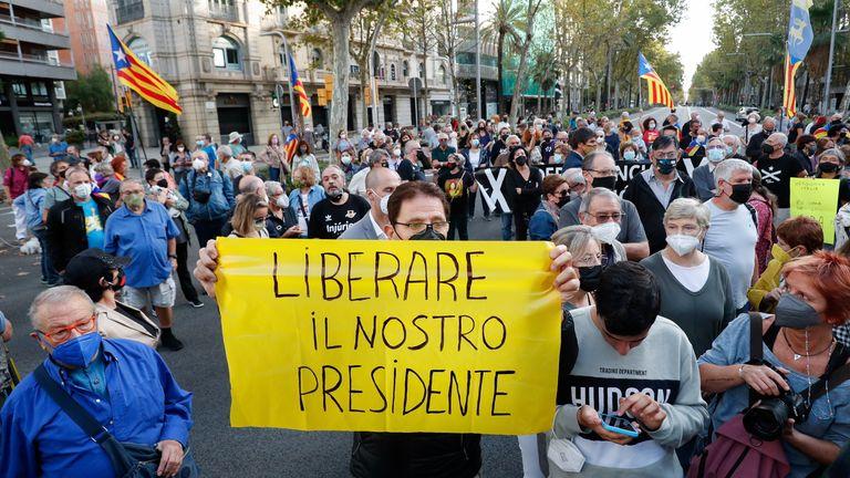 Les gens manifestent à la suite de l'arrestation de l'ancien chef du gouvernement catalan Puigdemont devant le consulat d'Italie à la suite de l'arrestation de l'ancien chef du gouvernement catalan Carles Puigdemont en Sardaigne, à Barcelone, en Espagne