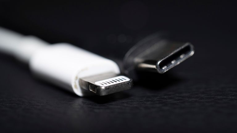 22 September 2021, Lower Saxony, Oldenburg: An Apple Lightning charging plug (l) is seen next to a USB-C charging plug. EU Commission presents proposal for unified mobile phone charging jack. The issue of chargers has preoccupied the EU institutions for more than a decade. In 2009, under pressure from the EU Commission, 14 mobile phone manufacturers - including Apple - agreed on a uniform standard for power sockets in a voluntary commitment. When it comes to the jacks in smartphones and tablet c