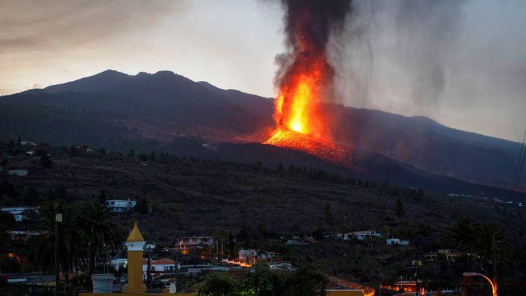 Lava fließt aus einem Ausbruch eines Vulkans auf der Insel La Palma auf den Kanarischen Inseln, Spanien, Donnerstag, 23. September 2021. Ein Vulkan brach am Sonntag auf einer kleinen spanischen Insel im Atlantik aus und zwang Tausende von Menschen zur Evakuierung.  Experten sagen, der Vulkanausbruch und seine Folgen auf einer spanischen Insel könnten bis zu 84 Tage dauern.  Bild: AP
