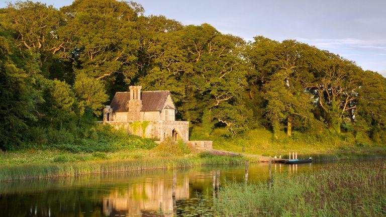 Crom Castle Boathouse along Upper Lough Erne, Northern Ireland, UK - Image ID: F2Y474 (RM) Alamy