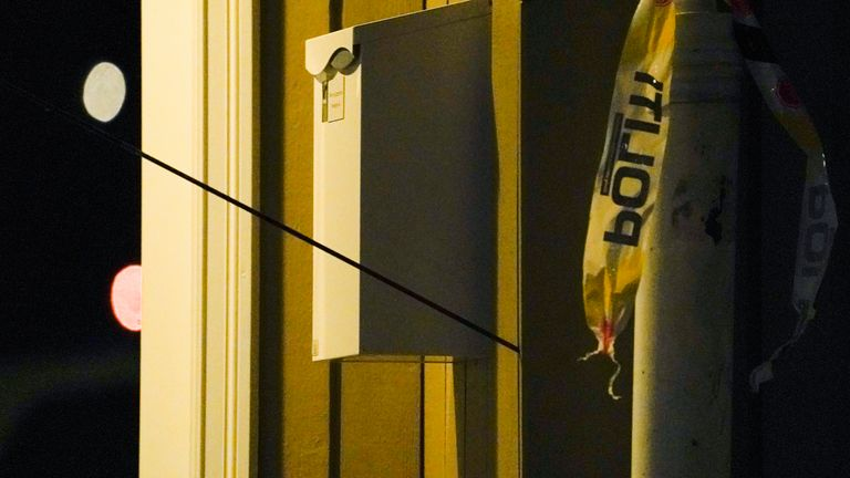 Kongsberg 20211013..An arrow stands in a wall after a person has moved around with a weapon that is said to have been an arrow and a bow in Kongsberg center..Photo: Terje Bendiksby / NTB