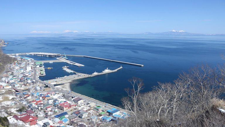 Остров Кунасири был сфотографирован 13 апреля 2019 года в обсерватории Раусу Кунасири в префектуре Хоккайдо.