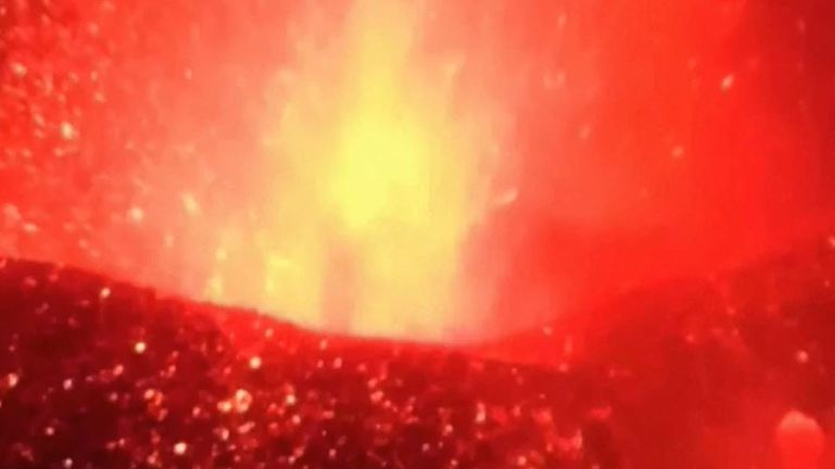 La Palma volcano keeps sending the inferno skyward