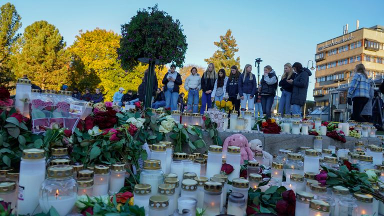 Kongsberg 20201015..People has lay down flowers and light candles on Stortorvet in Kongsberg on Friday to honor the dead, after a man killed five people in the city on Wednesday night..Photo: Terje Bendiksby / NTB
