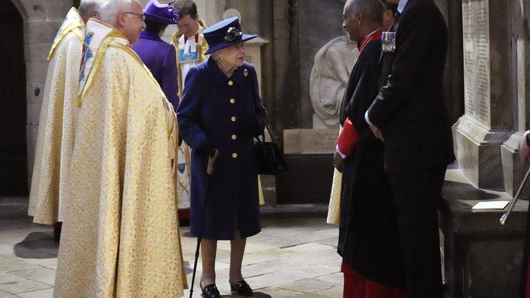 La reina Isabel II, con un bastón, asiste a un servicio de Acción de Gracias en la Abadía de Westminster en Londres para celebrar el centenario de la Legión Real Británica.  Fecha de la foto: martes 12 de octubre de 2021.