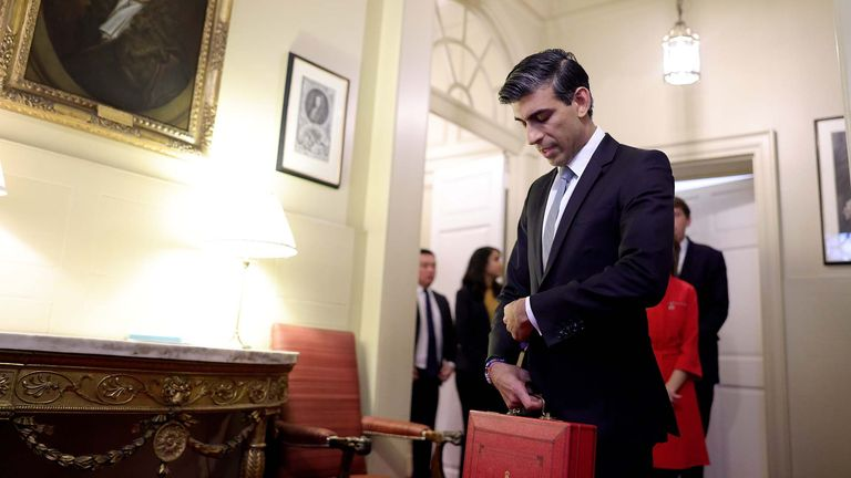 27/10/2021. London, United Kingdom. Budget Day 2021.  Chancellor of the Exchequer Rishi Sunak leaves No11 Downing Street to deliver his 2021 Budget to the House of Commons. Picture by Andrew Parsons / No 10 Downing Street