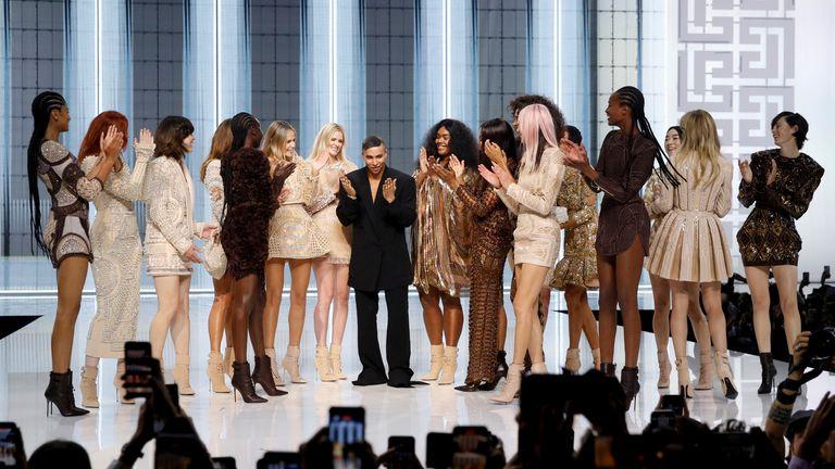 El diseñador Olivier Rousteing aparece al final del desfile Primavera / Verano 2022 de la casa de modas Balmain durante la Semana de la Moda de París en París, Francia.