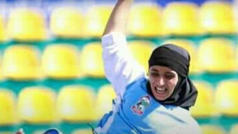Sabria afghane jouant au football.